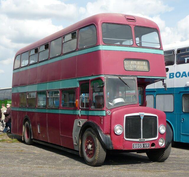 水色の2階建てバスのモデル車