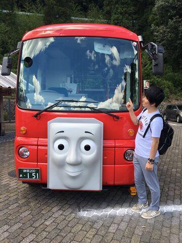大井川鉄道のバーティーと共にいる酒巻光宏