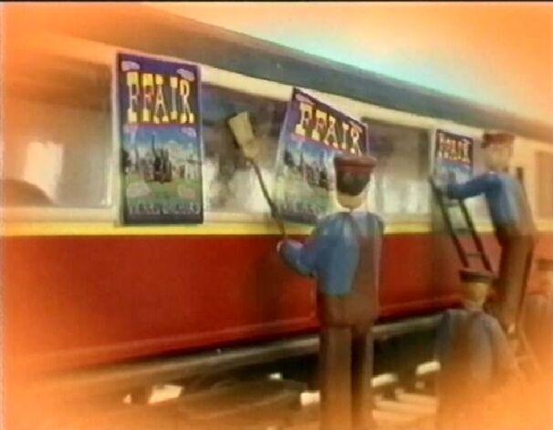 トレバーのポスター(ウェールズ語表記)を貼った急行客車(赤)