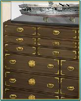 「赤城」模型と桐箪笥.png