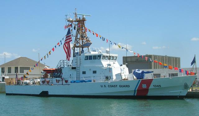 写真はアメリカ沿岸警備隊のもの(国際信号旗の他、NATO信号旗も掲揚しています)