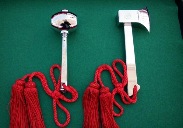 銀の斧と打ち付けるためのハンマー