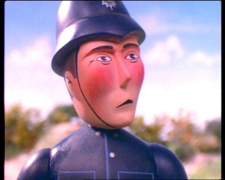 トーマスを睨む警察官