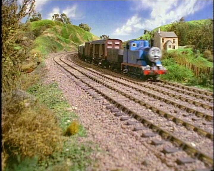 貨物列車達に押されてるトーマス