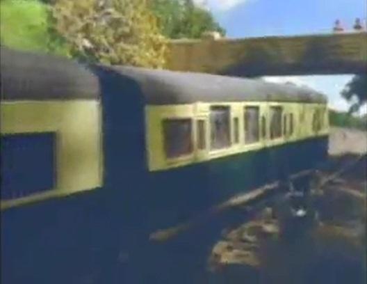 石を投げつけられて窓ガラスが割られた急行客車(緑)(最後尾)