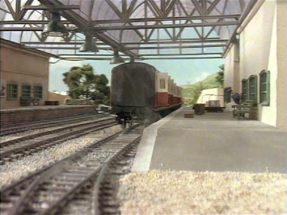 ティッドマス駅に置き去りにされた急行客車(赤)