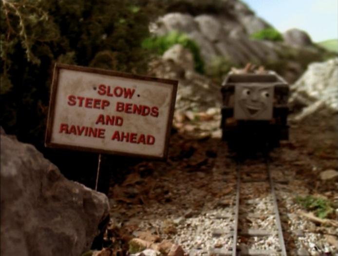 『徐行!前方に渓谷と急カーブ!スピードを落とせ!』の標識を無視して突進する木材を積んだスレート貨車