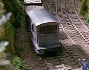 TV版第1シーズンの灰色のイギリス国鉄の20トンブレーキ車9