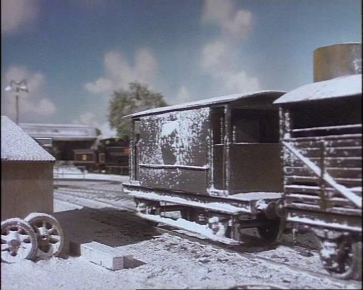 第2シーズンで雪塗れの灰色のイギリス国鉄の20トンブレーキ車