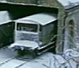 第1シーズンで雪塗れの灰色のイギリス国鉄の20トンブレーキ車