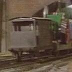 トレバーを乗せた貨車と共にいる灰色のイギリス国鉄の20トンブレーキ車