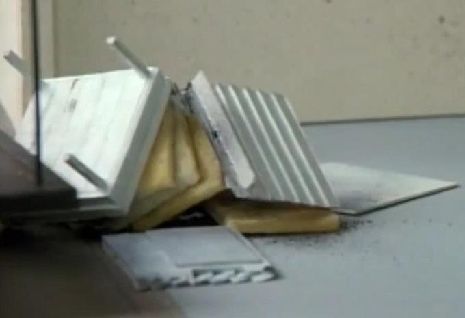 壊れた蜜蜂の巣箱