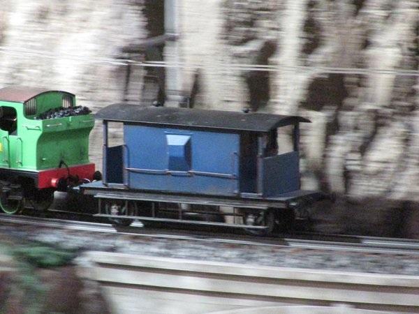 青いイギリス国鉄の20トンブレーキ車
