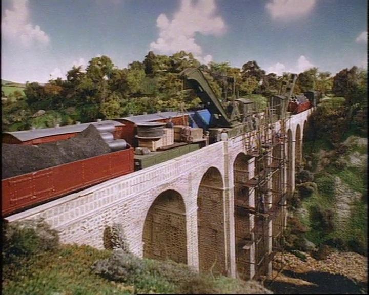 TV版第2シーズンの高架橋(補強修理中)