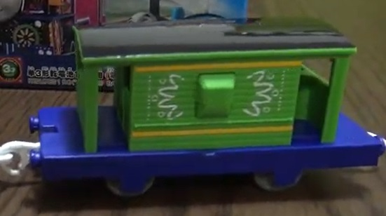 プラレールの黄緑のイギリス国鉄の20トンブレーキ車