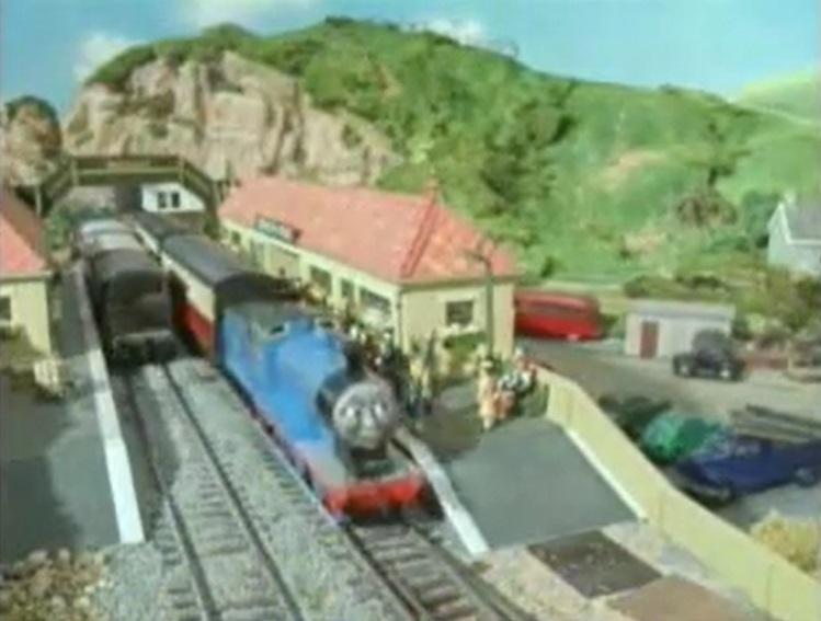 TV版第3シーズンの赤と青のボンネットトラック