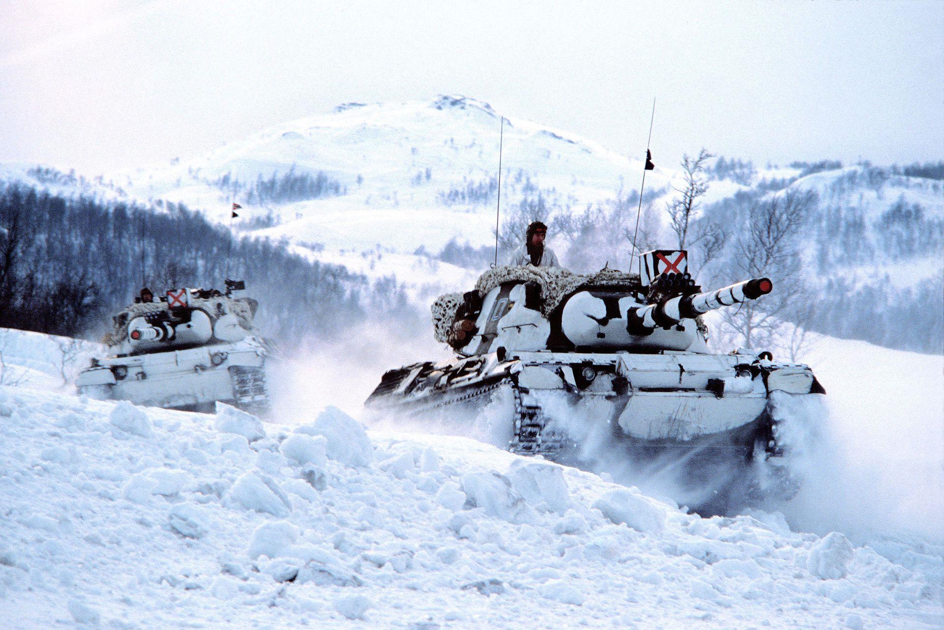 2_norwegian_Leopard_tanks_in_the_snow-compressor.jpg