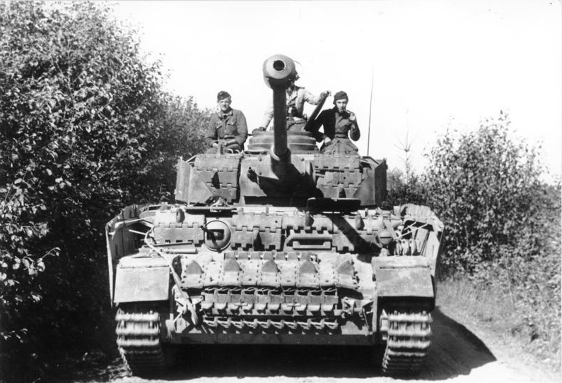 Bundesarchiv_Bild_101I-696-0427-04A_Mittlere_Ostfront_Polen_Panzer_IV.jpg