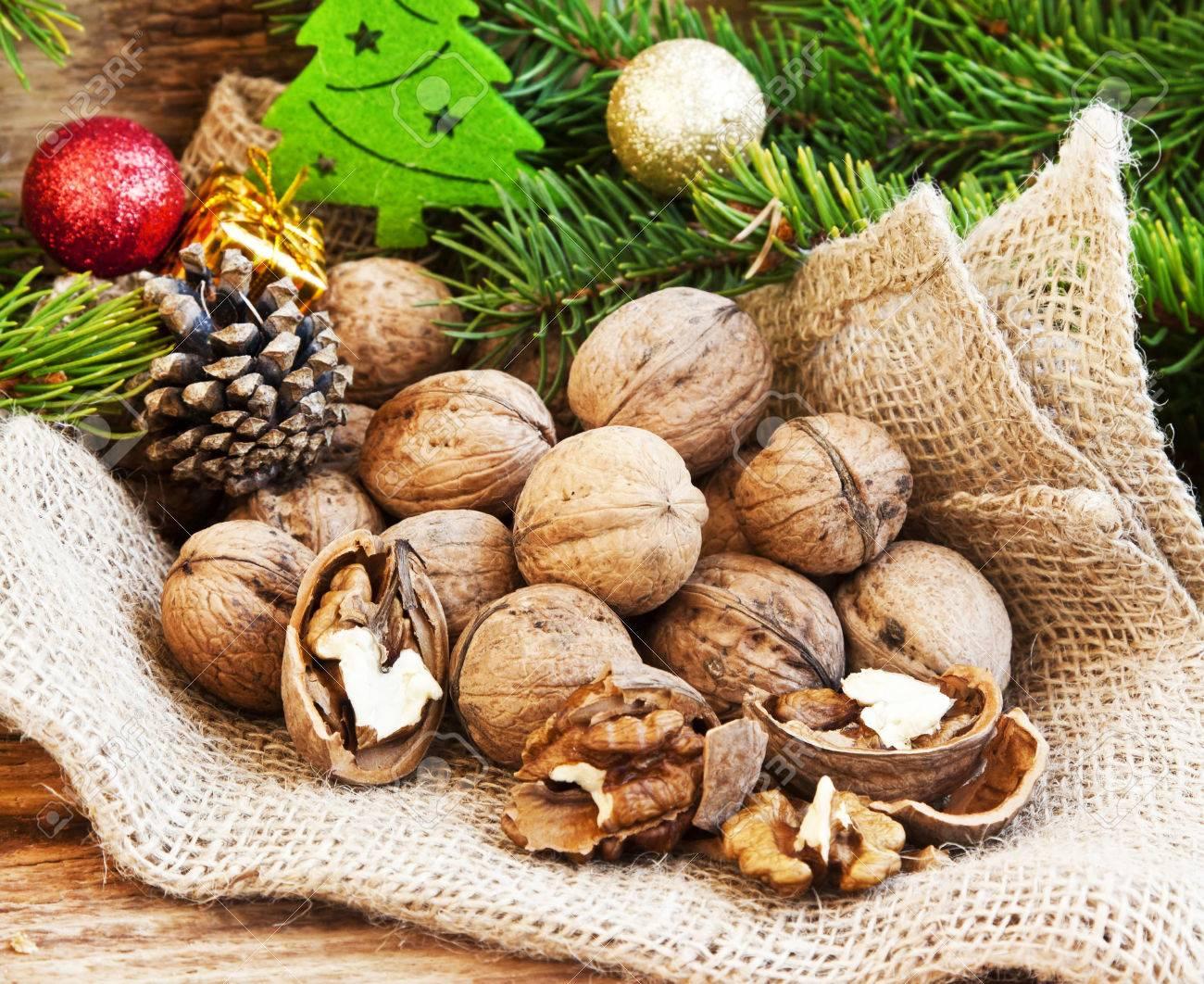 クルミ、クルミ-カーネル全体クルミ、クリスマスの装飾、背景のモミの木と亀裂
